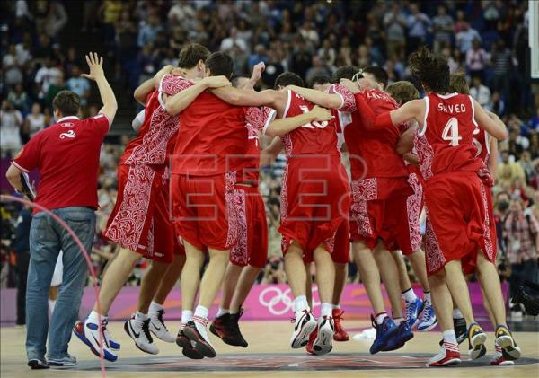 The Russian players celebrate after imposing to Argentina in the party of basketball by the medal of olympic bronze contested today. EFE