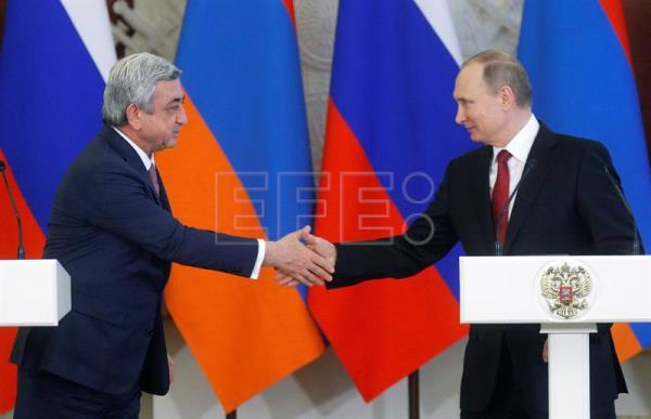 Russian President Vladimir Putin (R) and Armenian President Serzh Sagsyan (L) shake hands after their meeting in the Kremlin in Moscow, Russia, Mar. 15, 2017. EPA/SERGEI CHIRIKOV / POOL