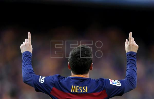 FC Barcelona's Argentinian striker Lionel Messi celebrates after scoring the 1-1 equalizer during the Spanish Liga Primera Division soccer match against Atletico Madrid played at Camp Nou stadium, in Barcelona, Spain, 30 January 2016. EFE