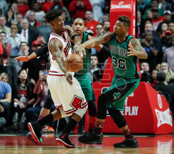 Jimmy Butler (i) de Bulls disputa un balón con Marcus Smart (d) de Celtics durante el juego de la NBA en el United Center en Chicago, Illinois (EE.UU.). EPA