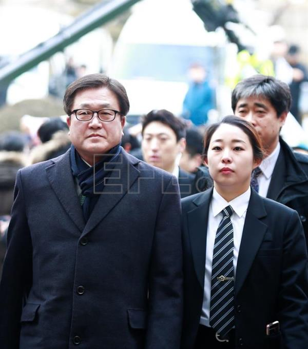 Samsung Electronics President Park Sang-jin (L) arrives at the Seoul Central District Court in Seoul, South Korea, 16 February 2017. EPA/KIM HEE-CHUL