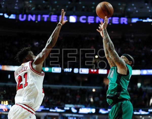 Jimmy Butler (i) de Bulls intenta bloquear a Isaiah Thomas (d) de Celtics durante el juego de la NBA en el United Center en Chicago, Illinois (EE.UU.). EPA