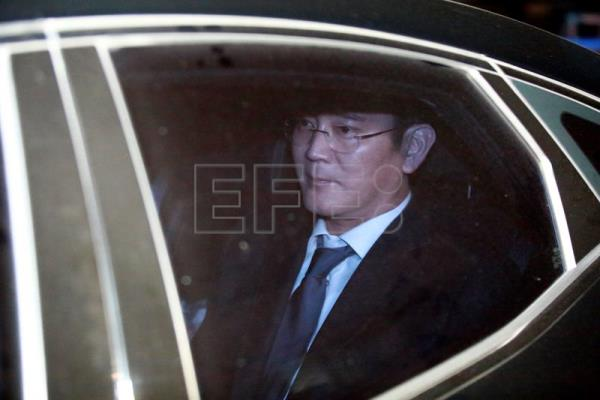Lee Jae-yong (in vehicle), vice chairman of Samsung Group, enters the Seoul detention center  in Anyang, Gyeonggi-do, South Korea, 16 February 2017. EPA/KIM HEE-CHUL