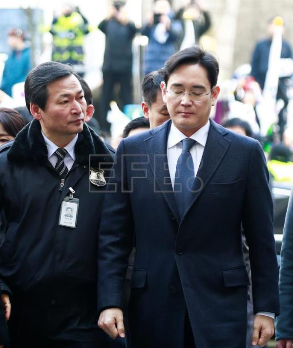 Lee Jae-yong (R), vice chairman of Samsung Group, arrives to attend a court hearing to review the legality of his detention at the Seoul Central District Court in Seoul, South Korea, 16 February 2017.  EPA/KIM HEE-CHUL