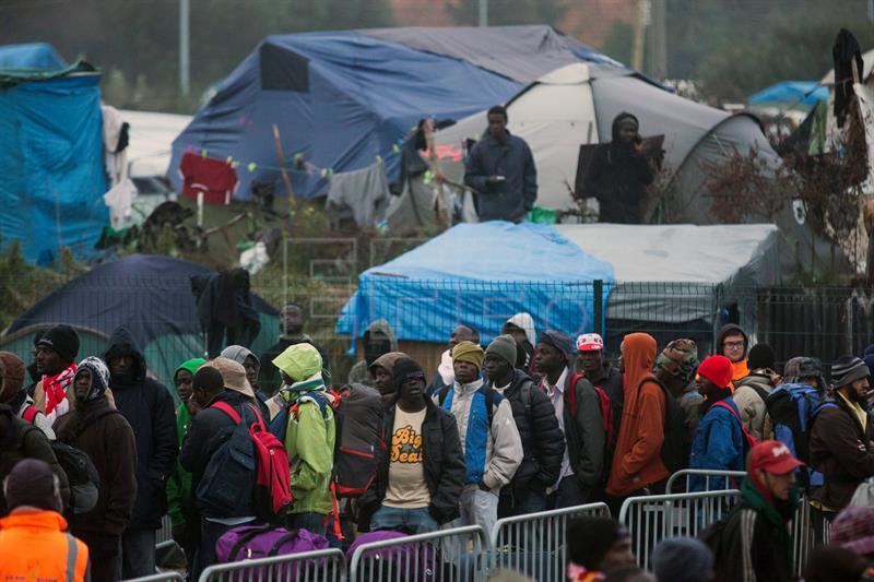 Evacuation of Calais refugee camp begins