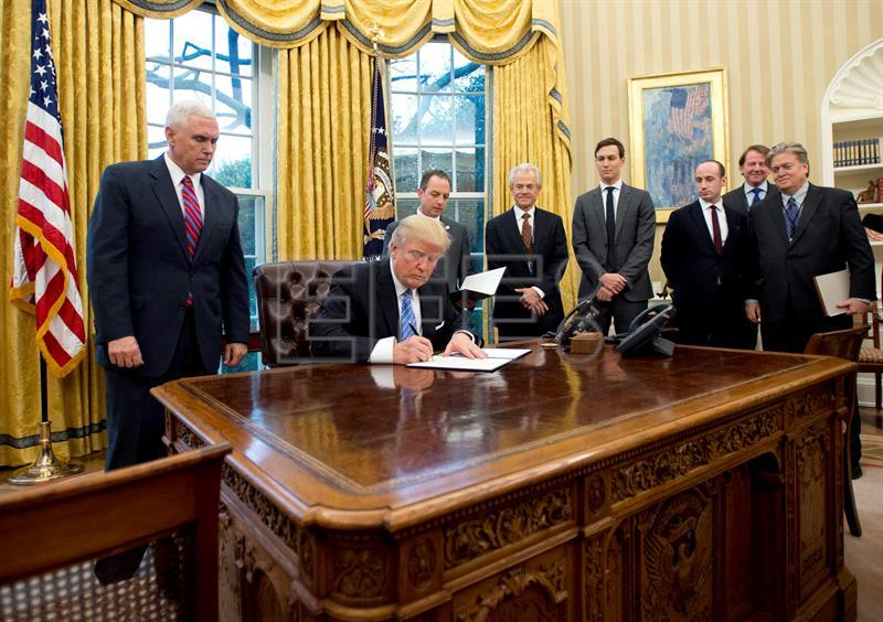 Trump signs order withdrawing the US from TPP