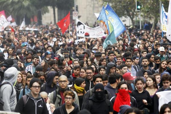 Protestors during a march called by the Chilean Students' Confederation under the motto 'That changes don't remain promises. Let's transform education' in Santiago de Chile, Chile, 11 May 2016. EFE
