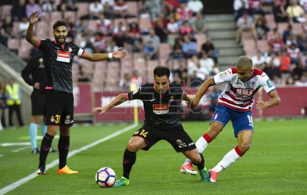 Granada CF's Brazilian midfielder Andreas Pereira (R), fights for the ball with RCD Espanyol's Jurado (C), during their La Liga soccer match played at Nuevo Los Carmenes stadium in Granada, Spain on May 19, 2017. EFE/MIGUEL ANGEL MOLINA