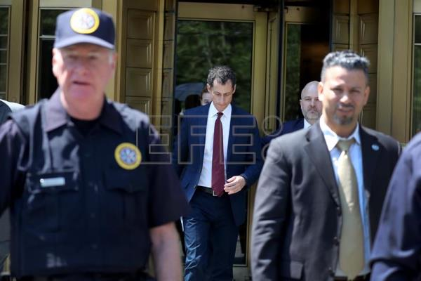 Former US congressman Anthony Weiner (C) leaves Federal Court after pleading guilty to sexting with a 15-year-old girl, New York, New York, USA, 19 May 2017. EPA/ANDREW GOMBERT