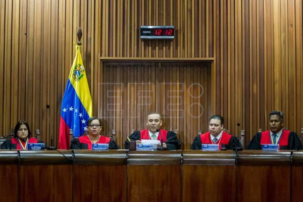 President of the Venezuelan Supreme Court (TSJ), Maikel Moreno (C), gives a statement next to the other magistrates in Caracas, Venezuela, on May 19, 2017. EFE/MIGUEL GUTIERREZ