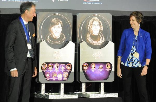 Astronauts Ellen Ochoa (R) and Michael Foale (L) smile as they observe their respective plates during the induction ceremony for the Astronauts' Hall of Fame at the Kennedy Space Center in Port Canaveral, Florida, USA, May 19, 2017. EFE/GERARDO MORA