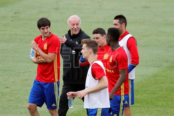 National coach Vicente del Bosque (2i), with players Mikel San Jose (i), Aritz Aduriz (3d), and Inaki Williams (2d), among others, during the training of the Spanish football team in the city sports Las Rozas (Madrid) to prepare for participation in the European Championship in France. EFE