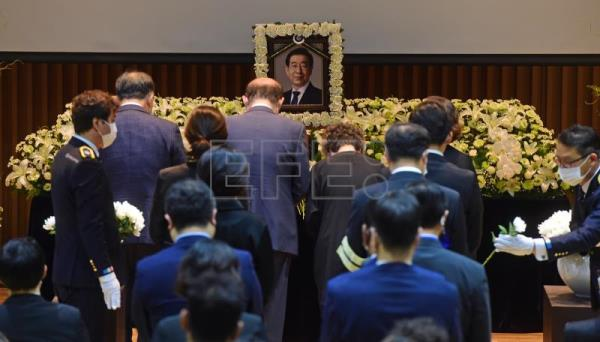 Funeral for Seoul mayor begins amid controversy