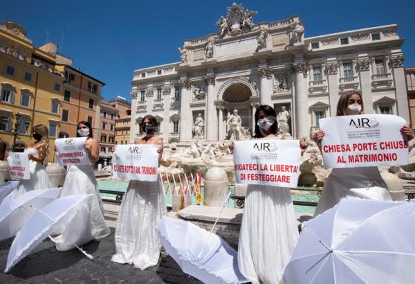 Phase 3: flashmob of brides in Trevi's fountain in Rome
