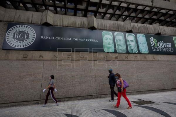 Once-maligned dollar serves as de facto currency in crisis-hit Venezuela