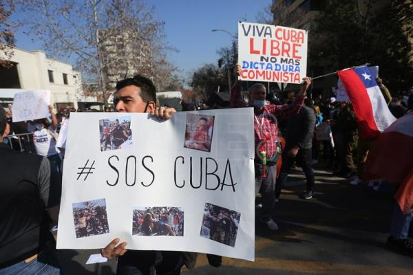 Cubans in Chile protest in front of their country's consulate in Santiago