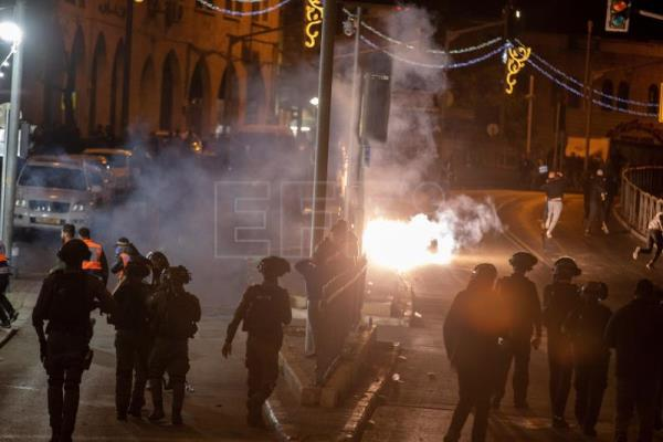 Strong clashes erupt between Palestinians, Israeli police in Jerusalem