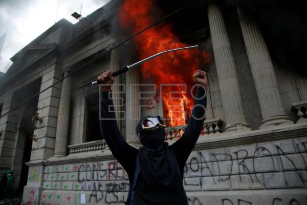 Thousands protest against Guatemalan govt, set fire to Congress