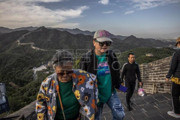 Fearless but with a mask: China travels again en masse