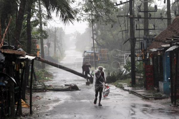 13 dead as super cyclone batters India, Bangladesh
