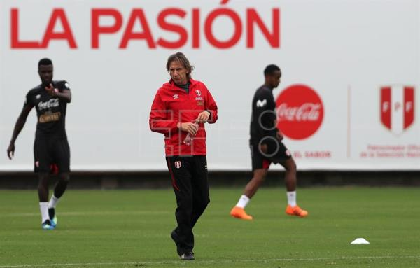 Peruvian national team coach Ricardo Gareca (C) works with his players during a practice session on May 24, 2018, at the VIDENA sports complex in Lima, Peru. EPA-EFE FILE/Ernesto Arias
