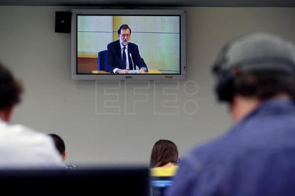 Journalists watch a monitor showing Spanish Prime Minister, Mariano Rajoy, as he testified as a witness in the 'Gürtel' corruption trial at the National Court in San Fernando de Henares in Madrid, Spain, July 26, 2017. EFE/Chema Moya/POOL