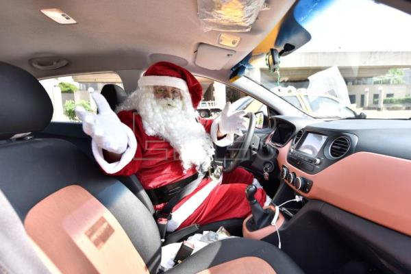 Santa Claus taxi driver collects toys for poor kids in Mexico