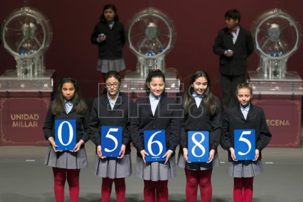 Children of San Ildefonso boarding school display the winning lottery number of 'El Nino' (The Child) lottery draw in Avila, central Spain, Jan. 6, 2018. EPA-EFE/RAUL SANCHIDRIAN