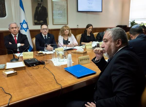 Israeli Prime Minister Benjamin Netanyahu (i) sits opposite his Defense Minister Avigdor Lieberman (R) during the weekly cabinet meeting in the prime minister's offices in Jerusalem, 10 June 2018. EFE