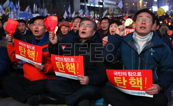 Moon Jae-in (C), former head of the Democratic Party, who is also a potential presidential candidate, shouts slogans during a rally against South Korean President Park Geun-Hye on a main street in Seoul, South Korea, Mar. 4, 2017. EPA/JUNG UI-CHEL