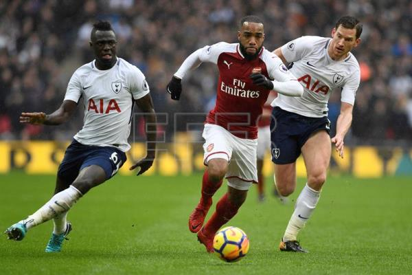 Arsenal's Alexandre Lacazette (C) in action against Tottenham's Davinson Sanchez (L) and Jan Vertonghen (R) during the English Premier League match between Tottenham Hotspur and Arsenal at the Wembley Stadium in London, UK, Feb. 10, 2018. EPA-EFE FILE/WILL OLIVER