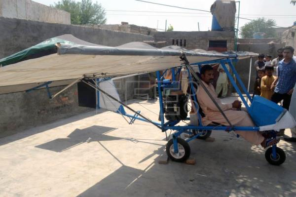 Pakistani popcorn seller awaits permission to fly his $600