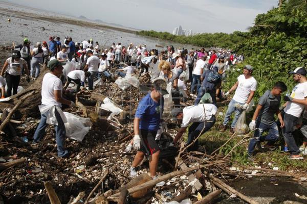 Thousands of Panamanians clean beaches of trash and plastic