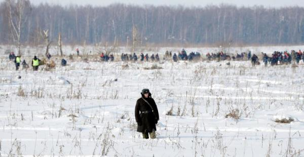Russian rescuers search human remains and collect plane debris at the site of the crashed Russian Saratov Airlines Antonov AN-148 passenger plane near the Stepanovskoy village near Argunovo, Ramensky district, Moscow region, Russia, Feb. 12, 2018. EPA-EFE/YURI KOCHETKOV