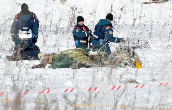 Russian rescuers search for human remains and collect plane debris at the site of the crashed Russian Saratov Airlines Antonov AN-148 passenger plane near the Stepanovskoy village near Argunovo, Ramensky district, Moscow region, Russia, Feb. 12, 2018. EPA-EFE/YURI KOCHETKOV