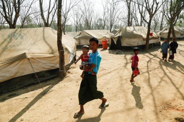 Newly arrived Rohingya refugees walk inside the UNHCR trasit point at Ghumdum in UKhiya, Cox's Bazar, Bangladesh, 12 February 2018. EPA/ABIR ABDULLAH