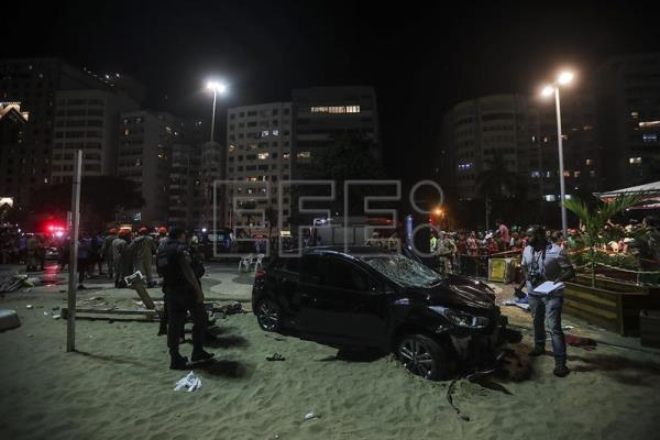 Authorities conduct an investigation after a driver who suffered an epileptic attack plowed into a group of pedestrians near the famed Copacabana beach in Rio de Janeiro (Brazil) on Jan. 18, 2018. A baby girl was killed and 16 others were injured in the accident. EPA-EFE/Antonio Lacerda