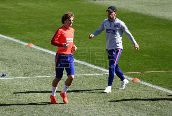 Atletico Madrid head coach Diego Simeone (R) and his player Antoine Griezmann during a training session held in Madrid, Spain, Mar. 15, 2019. EPA-EFE/VICTOR LERENA