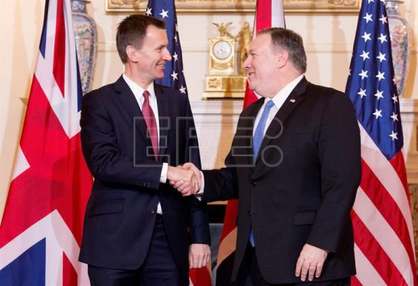 US Secretary of State Mike Pompeo (r) shakes hands with British Foreign Minister Jeremy Hunt (l) on Jan. 24, 2019, in Washington. EFE-EPA/ Michael Reynolds