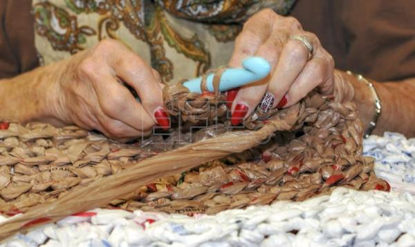Using Plastic Bags Arizona Women Weave Sleeping Mats For The