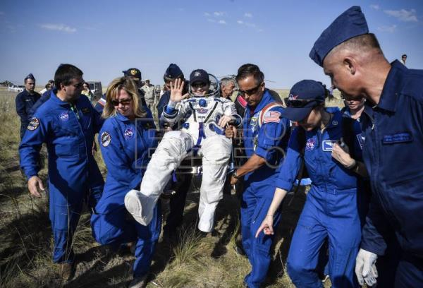 Manned craft returns to Earth after 204 days in space