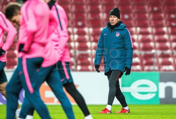 Atletico Madrid's head coach Diego Simeone (R) leads his team's training session at Parken Stadium in Copenhagen, Denmark, Feb. 14, 2018. EPA-EFE/ANDERS KJAERBYE