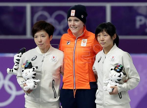 epa06524130 (L-R) Silver medal winner Nao Kodaira of Japan, gold medal winner Jorien ter Mors of the Netherlands and bronze medal winner Miho Takagi of Japan react on the podium during the venue ceremony of the Women's Speed Skating 1000 m competition at the Gangneung Oval during the PyeongChang 2018 Olympic Games, South Korea, 14 February 2018. EPA/VALDRIN XHEMAJ