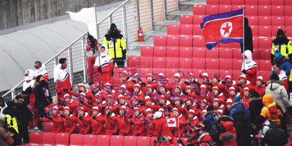 Course workers are seen on the track as the Women's Slalom race is being canceled due to weather conditions at the Yongpyong Alpine Centre during the PyeongChang 2018 Olympic Games, South Korea, Feb. 14, 2018. EPA-EFE/CHRISTIAN BRUNA