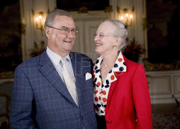 (FILE) - Danish Queen Margrethe II (R) and Prince Consort Henrik (L) at the Palace of Fredensborg, north of Copenhagen, Denmark, Jun. 2, 2007. EPA-EFE/STEEN BROGAARD