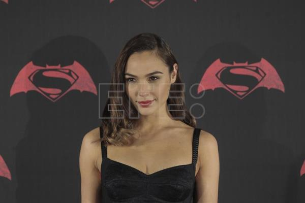 Gal gadot la nueva wonder woman se abre paso en un mundo for Puerta wonder woman