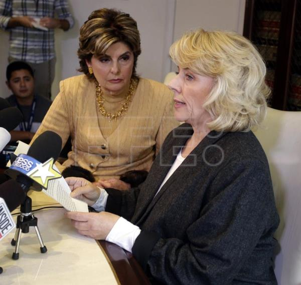 Former actress Heather Kerr (R) reads a statement during in a press conference with attorney Gloria Allred (L) where she alleges the disgraced US producer, Harvey Weinstein, sexually assaulted her in Los Angeles, California, USA, 20 October 2017. (Estados Unidos) EFE