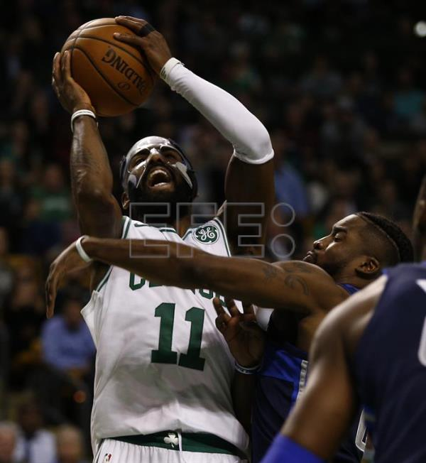 Kyrie Irving (i), base estrella de los Celtics de Boston, fue registrado este miércoles al intentar un disparo ante la marca de Dennis Smith Jr., de los Mavericks de Dallas, durante un partido de NBA, en el TD Garden de la ciudad de Boston (Massachusetts, EE.UU.). EFE
