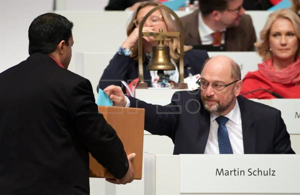 The chairman of the SPD, Martin Schulz (R), casts his vote during the party convention of the German Social Democratic Party (SPD), in Berlin, Germany, Dec. 7, 2017. EPA-EFE/CLEMENS BILAN