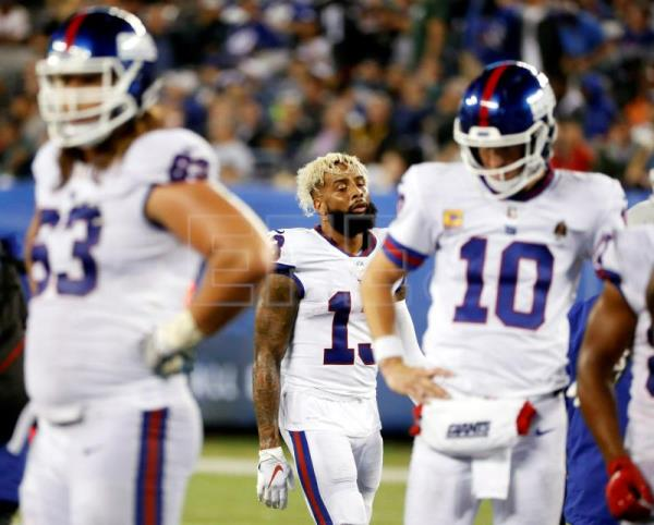 New York Giants wide receiver Odell Beckham (C) reacts in between teammates New  York 906a0f43d